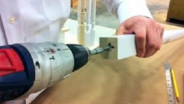 Сверление отверстия в торце балясины для установки шпильки. Оно должно расположиться точно по центру сечения