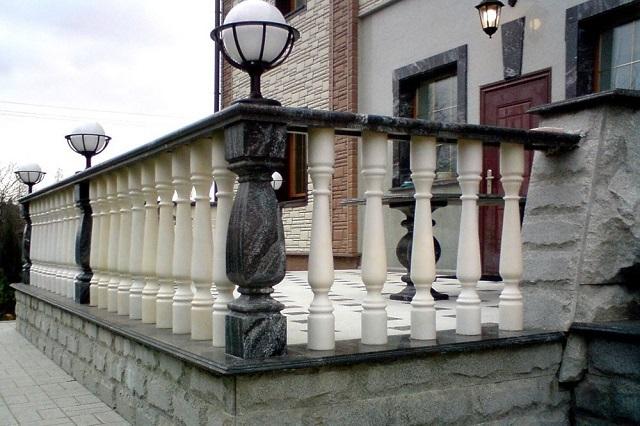Балюстрады часто можно увидеть в качестве ограждения не только лестниц, но и балконов, террас, а также крыш, где их устанавливают вдоль карнизов.