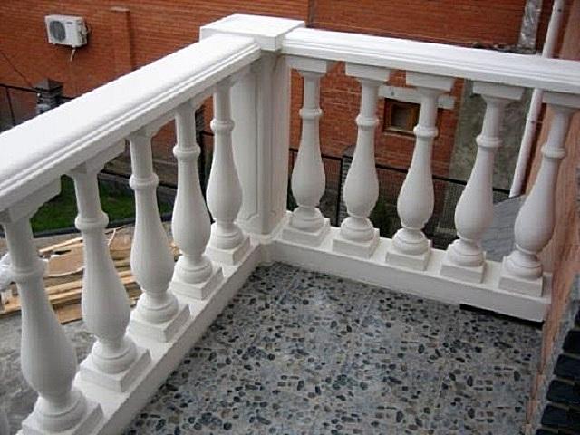 Гипсовые или бетонные балясины могут изготавливаться по отдельности, или же даже сразу секционно