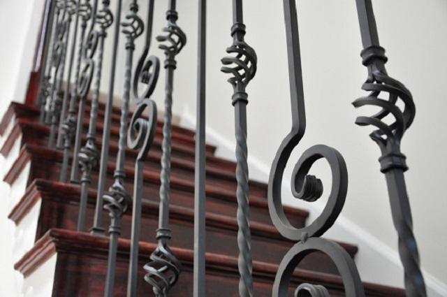 Согласитесь, очень оригинально и «богато» смотрятся такие кованые балясины. Кстати, они отлично подойдут и для широкой деревянной лестницы.