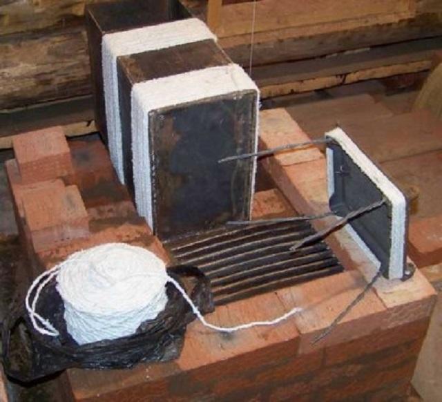 Использование асбестового шнура для создания уплотнения и задания необходимого деформационного зазора между металлическими деталями и кирпичной кладкой
