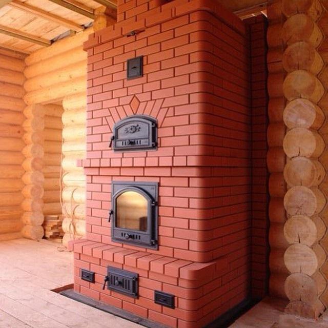 Печь с широким топочным окном, забранным прозрачной дверцей, становится, помимо прочего, еще и отличным камином