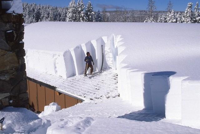 Снежные наносы на крышу иногда могут быть даже такими! Эту нагрузку обязательно учитывают при проектировании стропильных систем