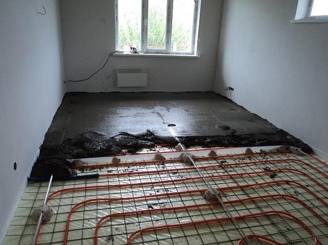Как правило, водяные теплые полы заливаются монолитной бетонной стяжкой толщиной 50÷70 мм. Существует и «сухая» технология, с использованием теплообменных металлических пластин, но она менее эффективна, хотя, возможно, и проще в монтаже.