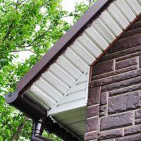 Подшивка крыши софитом — технология выполнения работ