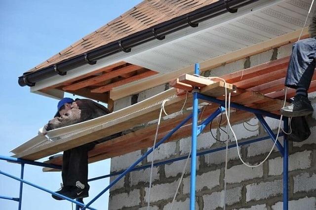 Необходимо предусмотреть максимально удобные условия для работы на высоте, тщательно продумать необходимые меры безопасности