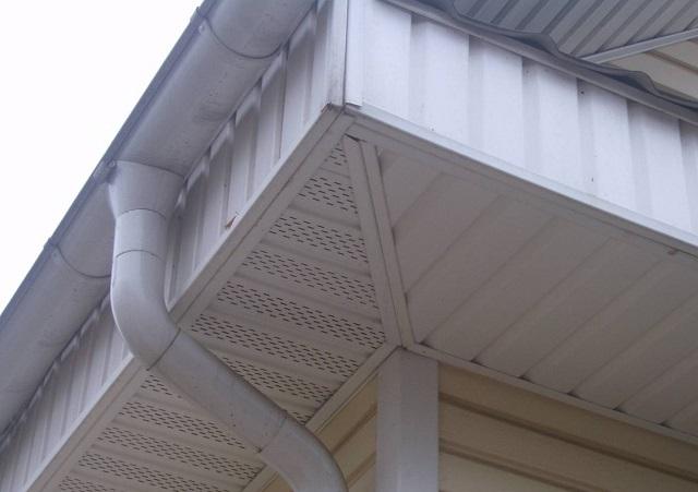 Вертикальные стенки вдоль карниза, подшитые неперфорированными софитными панелями.