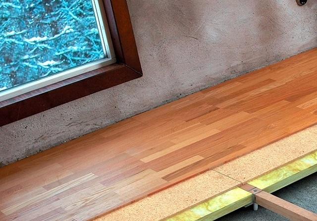 Монтаж покрытия по лагам позволяет провести дополнительное утепление пола