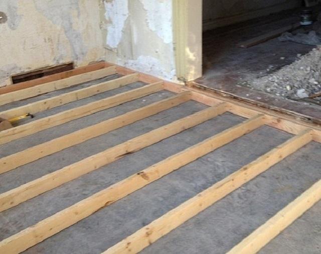 Перед монтажом системы лагов бетонное основание необходимо тщательно гидроизолировать