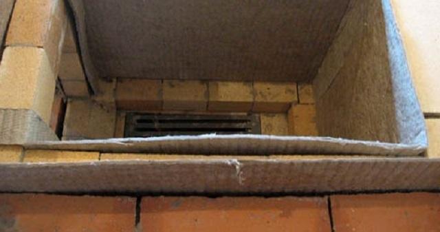 Футеровочная кладка не должна напрямую контактировать с внешними стенками топочной камеры. Или оставляется пустой просвет, или он заполняется жаропрочным материалом, например, каолиновым или асбестовым листом.