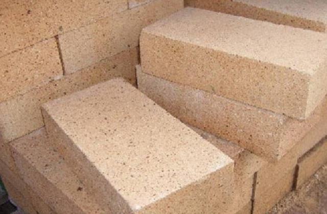 Наиболее популярными футеровочными материалами, видимо, ввиду доступности и вполне умеренной цены, являются кирпичи, блоки или растворы на базе обожжённой шамотной глины