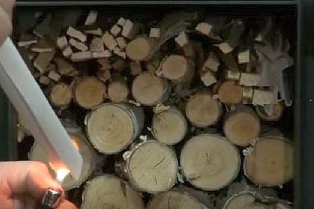 Для разжигания печи применяют лучины или бумагу, которые укладывают сверху дровяной закладки