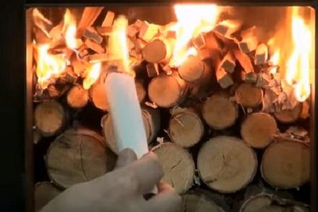 После того как дрова хорошо разгорятся, доступ кислорода (воздуха) в камеру делают минимальным, для того чтобы горение перешло в тление