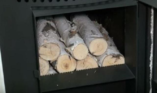 Необходимо постараться укладывать в печь дрова примерно одинаковой длины и размеров в сечении