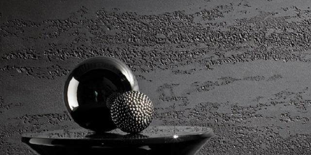 Казалось бы, просто бетонная поверхность стены. Но оригинально выполненный намеренно неаккуратным рельеф сразу вносит особую «изюминку» в оформление комнаты. Тем более, если оно сочетается с другими декоративными деталями интерьера