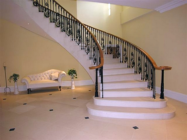 По критериям надежности и долговечности бетонные лестницы не имеют равных. А в вопросах возможной отделки под выбранный стиль – ничуть не уступают деревянным конструкциям, если даже не превосходят их