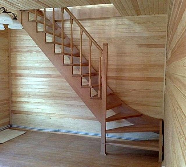 Поворотная лестница 90 градусов (модель № 2.1.1.1), оснащенная прямыми и забежными ступенями.