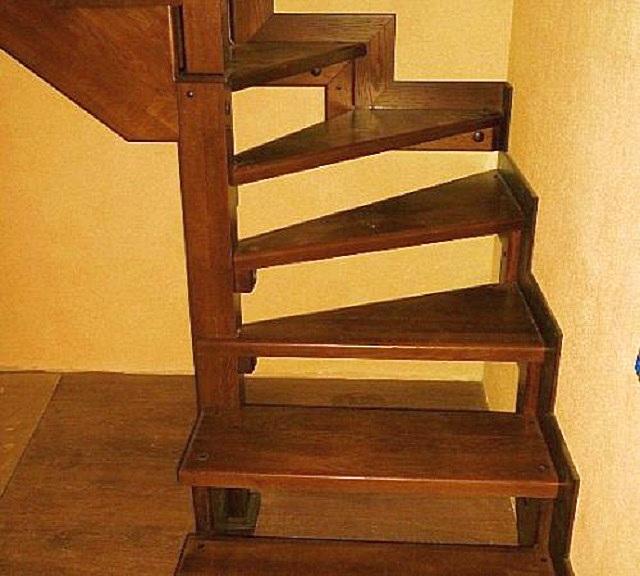 Готовую лестницу можно затонировать и залакировать. Но применяемыйлак не должен создавать скользкой поверхности, особенно при попадании влаги на ступени!