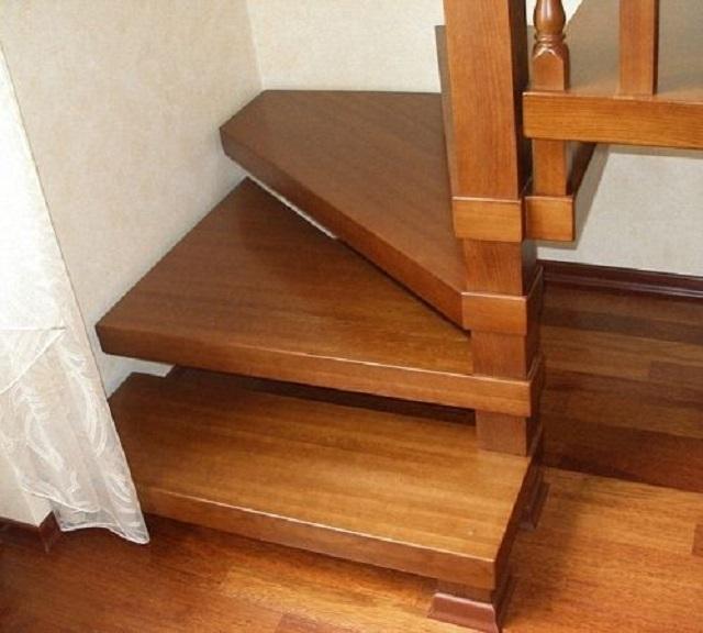 Альтернативный вариант крепления забежных ступеней на начальном участке лестницы – без врезки в стойку