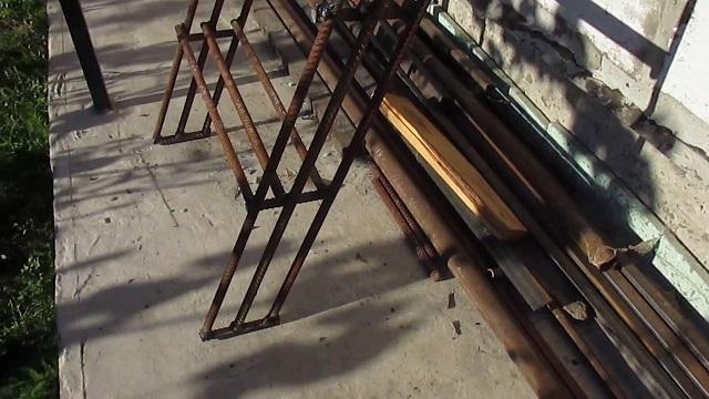 Конструкция приставной лестницы, сваренной из арматурных прутьев