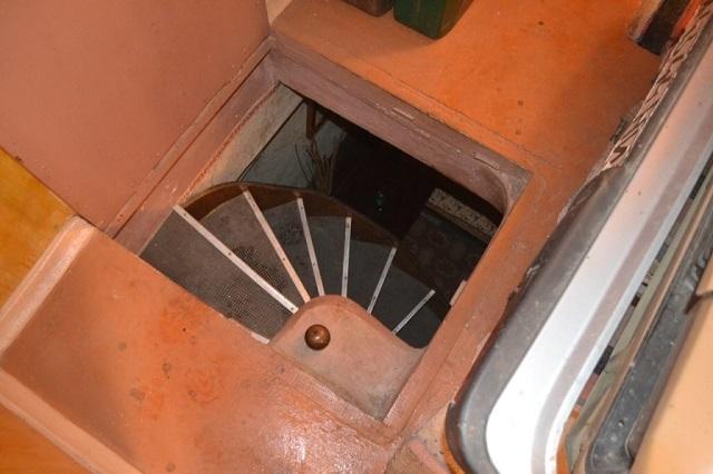 При выраженной недостаточности места в погребе или подвале иногда прибегают к обустройству винтовой лестницы