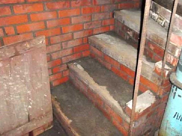 Кирпичные лестницы требуют немалой площади повала или погреба, нуждаются в хорошо отсыпанном и утрамбованном основании. Применяются на практике довольно редко.