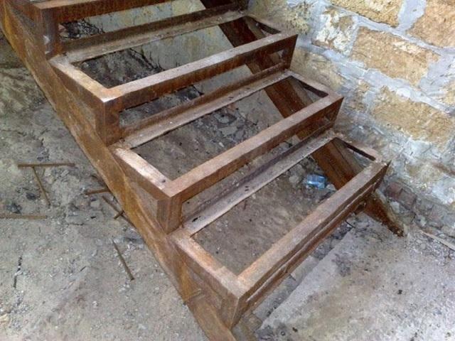 В принципе, не особо сложная (длядомашнего мастера,обладающего навыками сварки ) металлическая лестница в погреб
