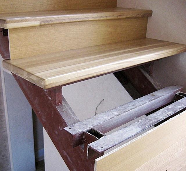 Иной вариант металлического каркаса лестницы. Для стоек использована профильная труба, а для перемычек – уголки, становящиеся полками, на который потом будут крепиться деревянные ступени