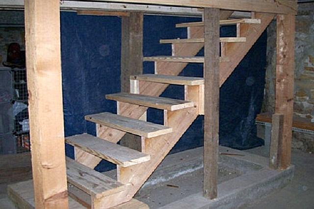 Для деревянной лестницы в погреб особое значение имеет качество используемого материала и правильность его предварительной обработки