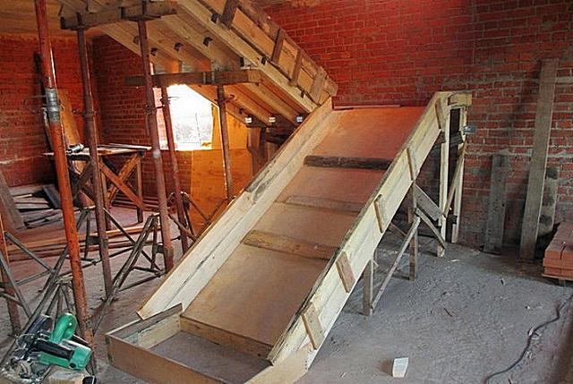Постройка основы (хребта) опалубки под бетонную лестницу.