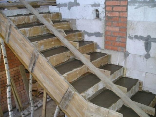 После заливки бетонного раствора, поверхности ступеней выравниваются в горизонтальной плоскости