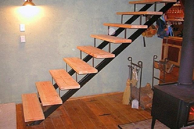 Комбинированный вариант лестницы: в конструкции использованы металл для основания (косоуров) и доски для ступеней.