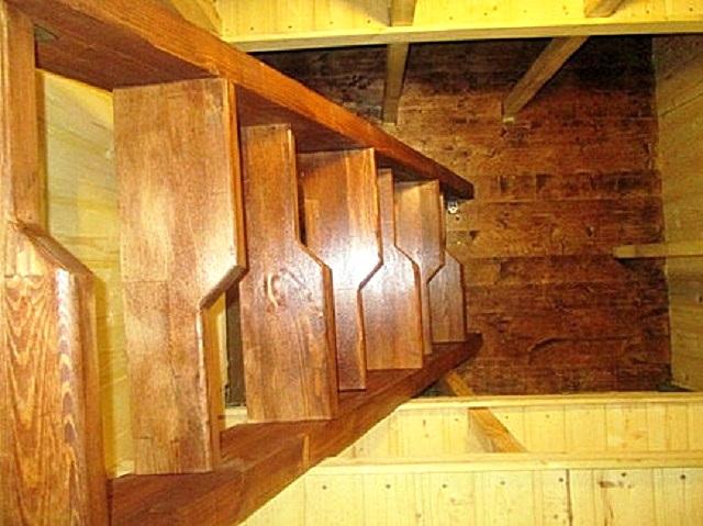 Приставная лестница, полностью выполненная из качественной толстой доски. Обратите внимание на конфигурацию ступеней, а также на то, на каком «пятачке» эта лестница вписалась.