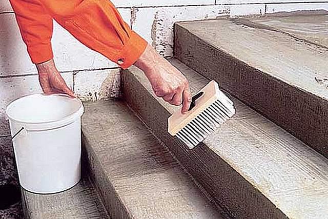 Качественное грунтование бетонной лестницы – залог хорошего сцепления с любыми растворами или клеями. Пренебрегать этой несложной операцией – большая глупость