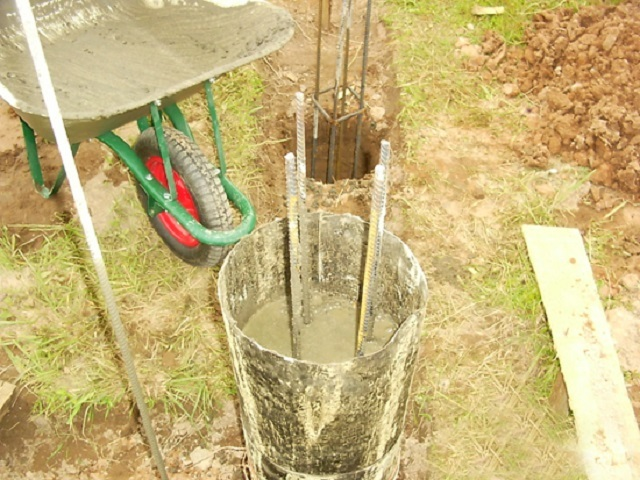 Внутрь опалубочных цилиндров укладываются связанные или сваренные арматурные каркасы.