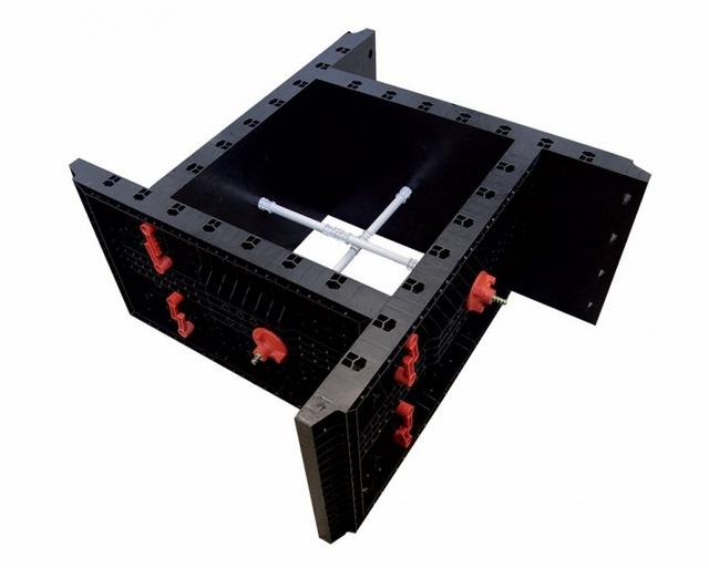 Пример универсального блока пластиковой опалубки для заливки колонн. Хорошо показана система крепления деталей конструкции