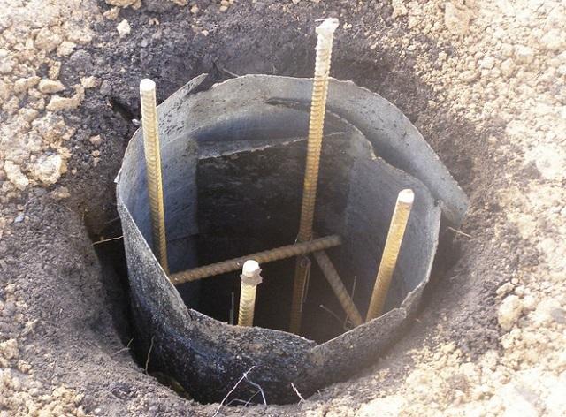 Самое, пожалуй, доступное решение для колонн, практически полностью заглубленных в грунт – в качестве опалубки «работает» свёрнутый в трубу лист рубероида.