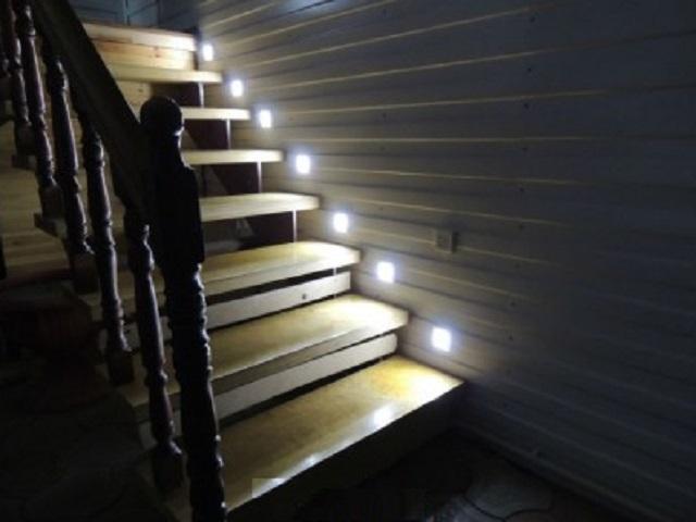 Помимо удобства в использовании, беспроводные системы подсветки лестниц – существенно проще в установке