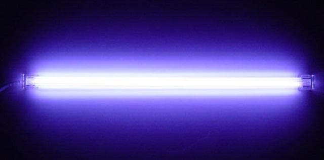 Неоновые лампы – очень хороший, казалось бы, вариант для подсветки ступеней. Но «нежность» таких осветительных приборов, то есть нестойкость с даже незначительным механическим нагрузкам, часто отпугивает потребителей