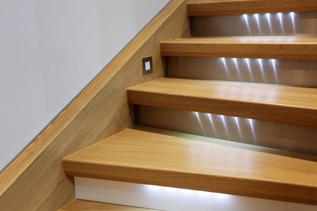 Деревянная лестница со встроенной подсветкой ступеней
