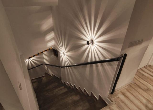 Точечная подсветка на стене вдоль лестничного марша, с весьма оригинальным лучевым рассеиванием света