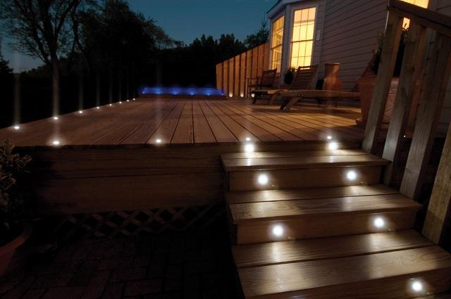 Точечные светильники, врезанные в подступенки, хорошо освещают поверхность ступеней