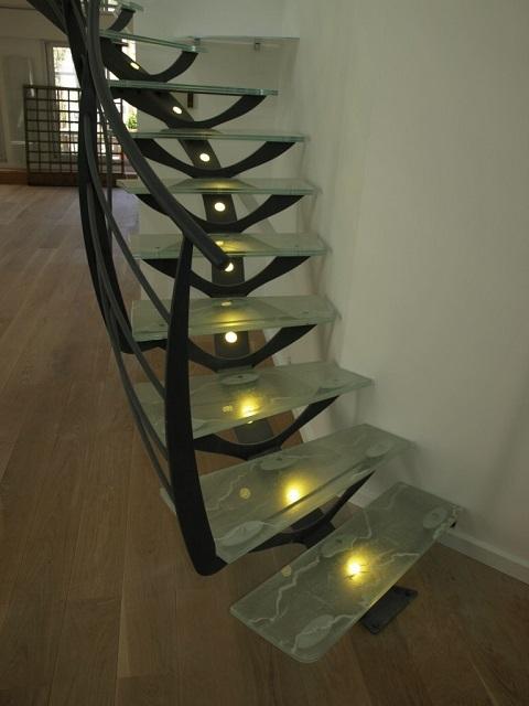 Очень оригинальная лестница – сочетание металла и стекла с эффектной подсветкой ступеней снизу