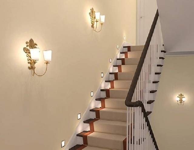 Пример комбинированной подсветки лестницы. Каждая из систем может работать независимо от другой