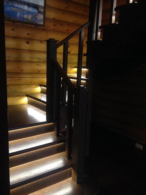 Деревянная двухмаршевая лестница с подсветкой ступеней