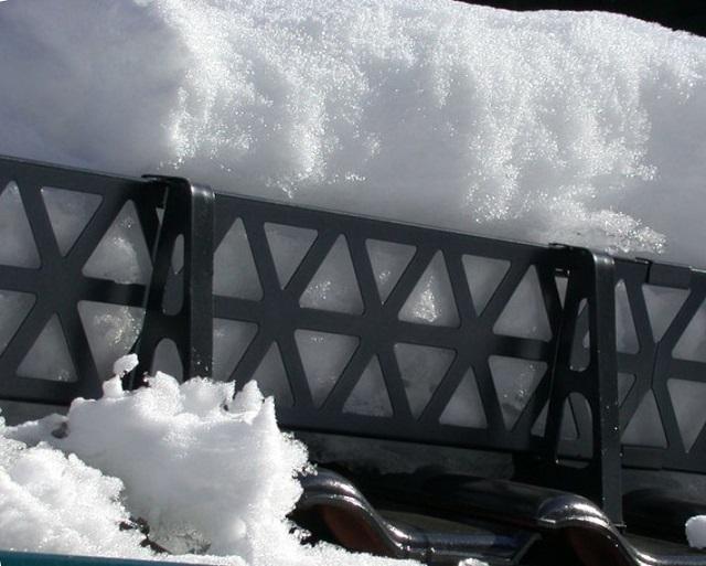 Снегозадержатели решетчатого типа, при правильном выборе и расстановке кронштейнов, способны надежно удерживать очень значительные снеговые массы