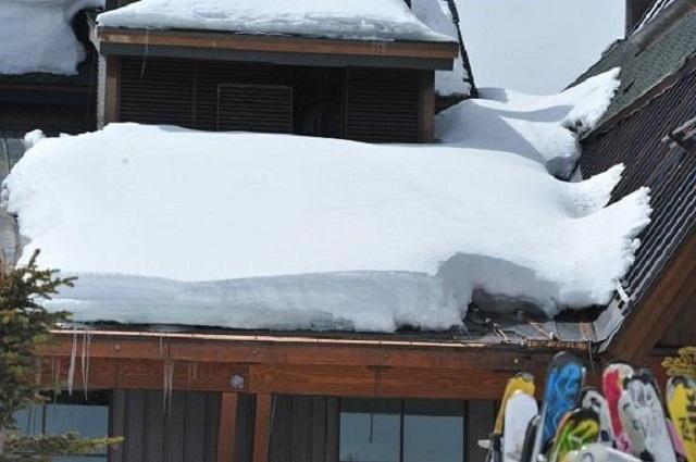 Снежные шапки под воздействием собственного веса срываются вниз, представляя угрозу для людей, а нередко увлекая за собой даже само кровельное покрытие