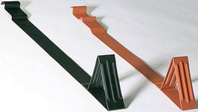 Длина кронштейнов позволяет завести их под кровельный материал для крепления к обрешетке