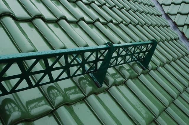 Снегозадержатель решетчатого типа – как небольшой ажурный металлический забор, установленный параллельно карнизу кровли