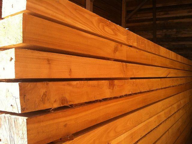 Брус из лиственницы – отменные показатели прочности и долговечности. Часто используется для наиболее нагруженных элементов конструкции деревянного дома – венца, обвязки, балок перекрытия.